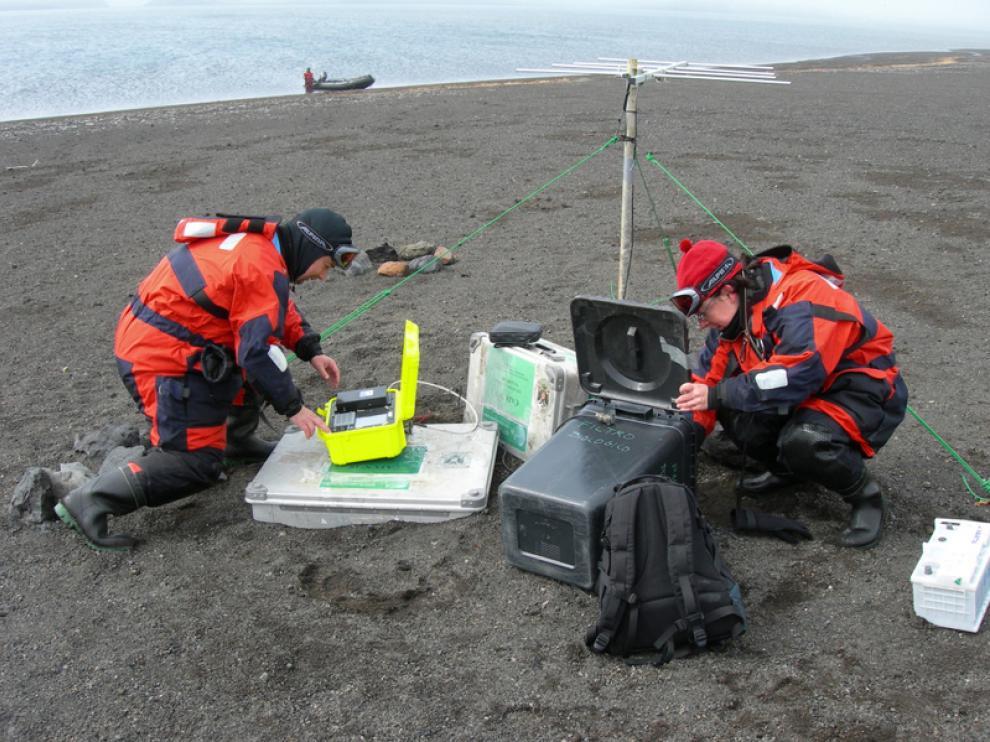 Miembros del Instituto Andaluz de Geofísica instalando una estación sísmica en la Isla Decepción