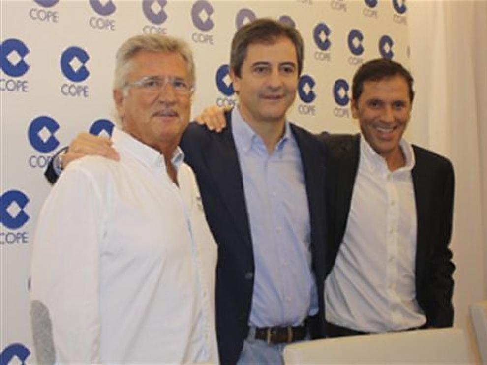 Manolo Lama, entre Paco González y Pepe Domingo Castaño, hoy durante su presentación