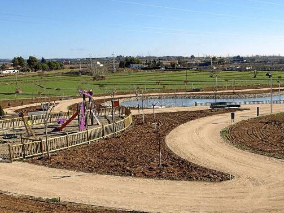 Vista del nuevo parque de Binéfar con un gran lago, que se inaugurará este sábado.