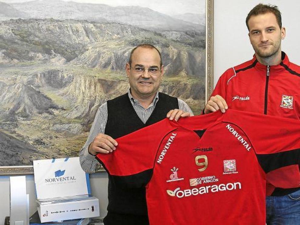 Ilija Sladic, a la derecha, muestra su camiseta en compañía del gerente de Norvental, Jesús Mairal.