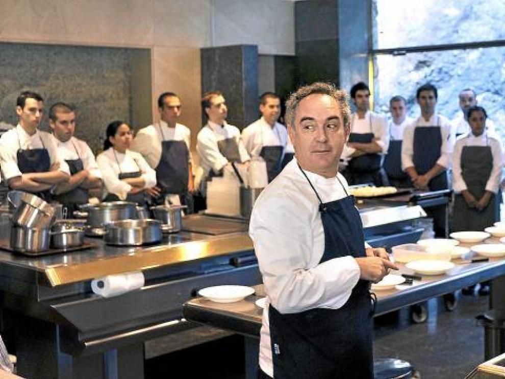 Ferran Adrià, ayer, con todo su equipo, en la cocina del restaurante El Bulli.