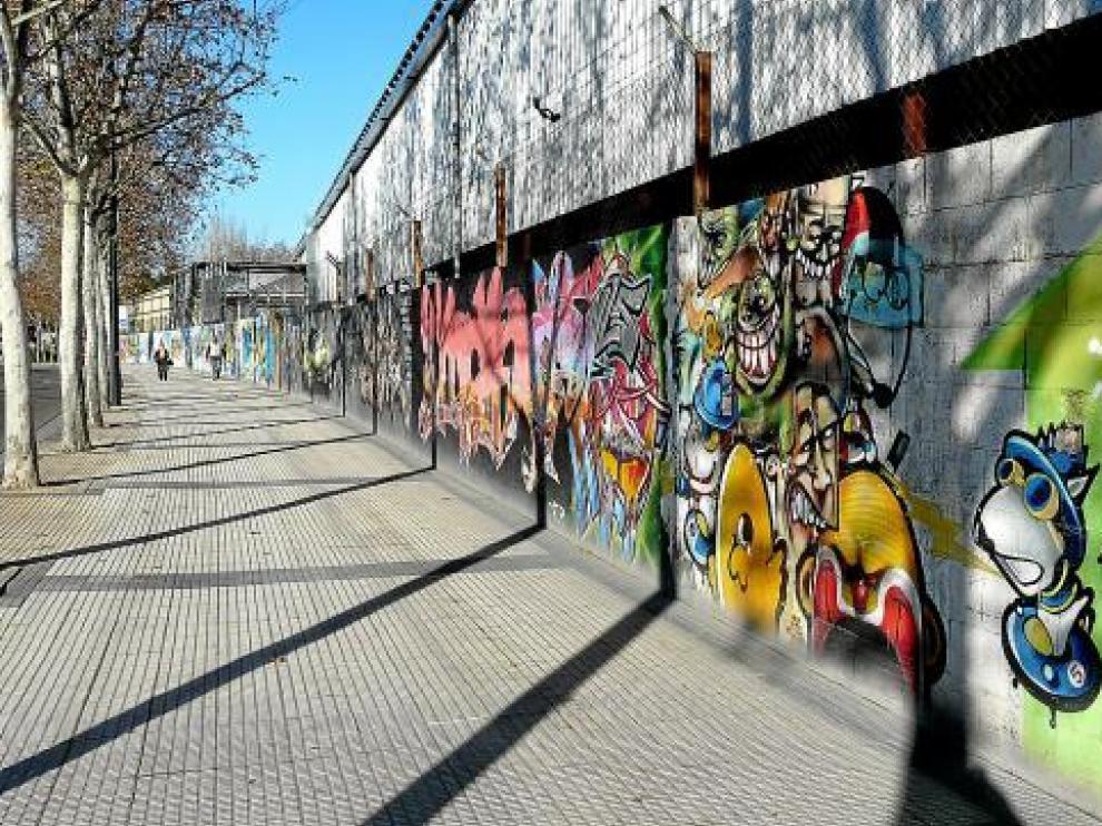 El muro de Hierros Alfonso en Marqués de la Cadena, con lo que queda de la última intervención grafitera.