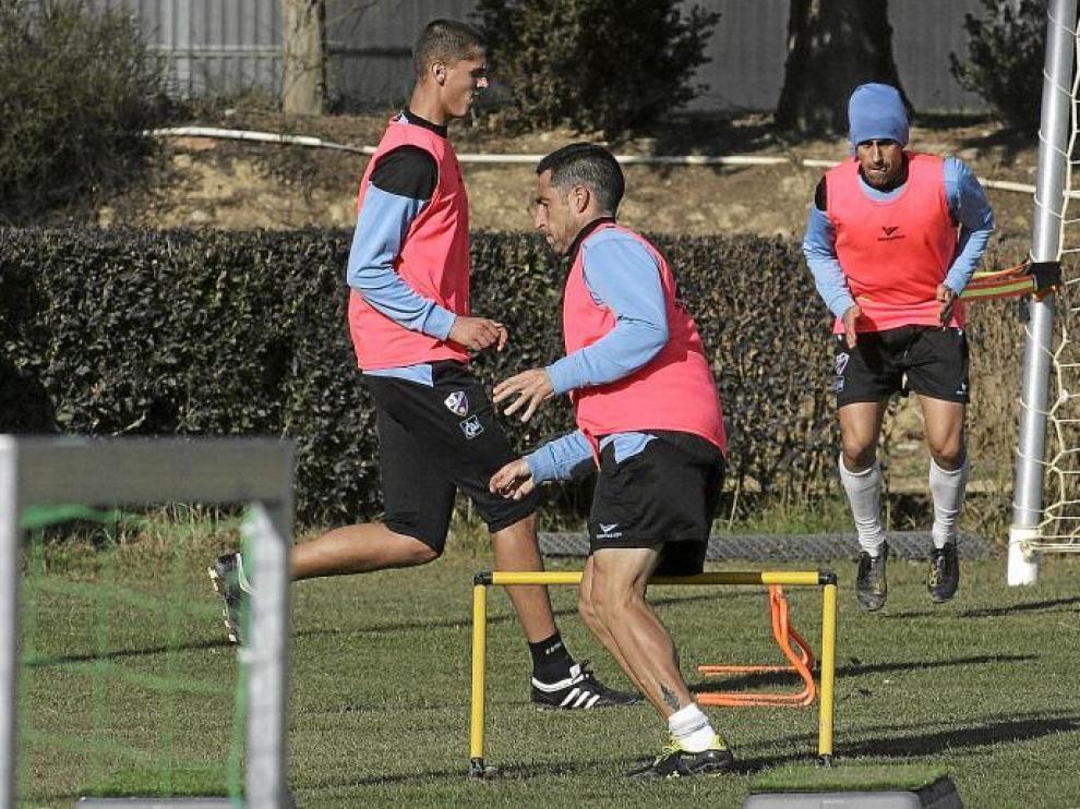 Alberto Marcos -en el centro-, ayer, durante la sesión de entrenamiento llevada a cabo en el campo del IFPE Montearagón.