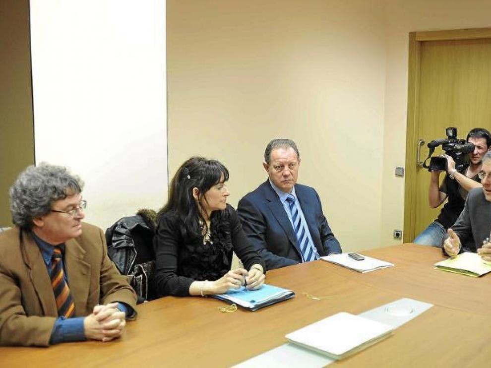 Rogelio Silva (dcha.) y Javier Artajo (centro), director general de Interior, en la reunión con la Famcp.