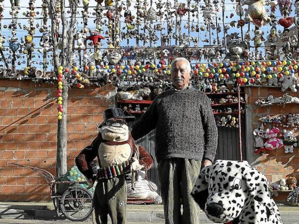 Martín, delante de su propiedad, en la avenida de los Volcanes de Zaragoza, que con paciencia y dedicación va cubriendo de muñecos.