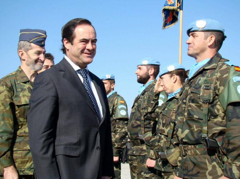 Bono junto a militares españoles.