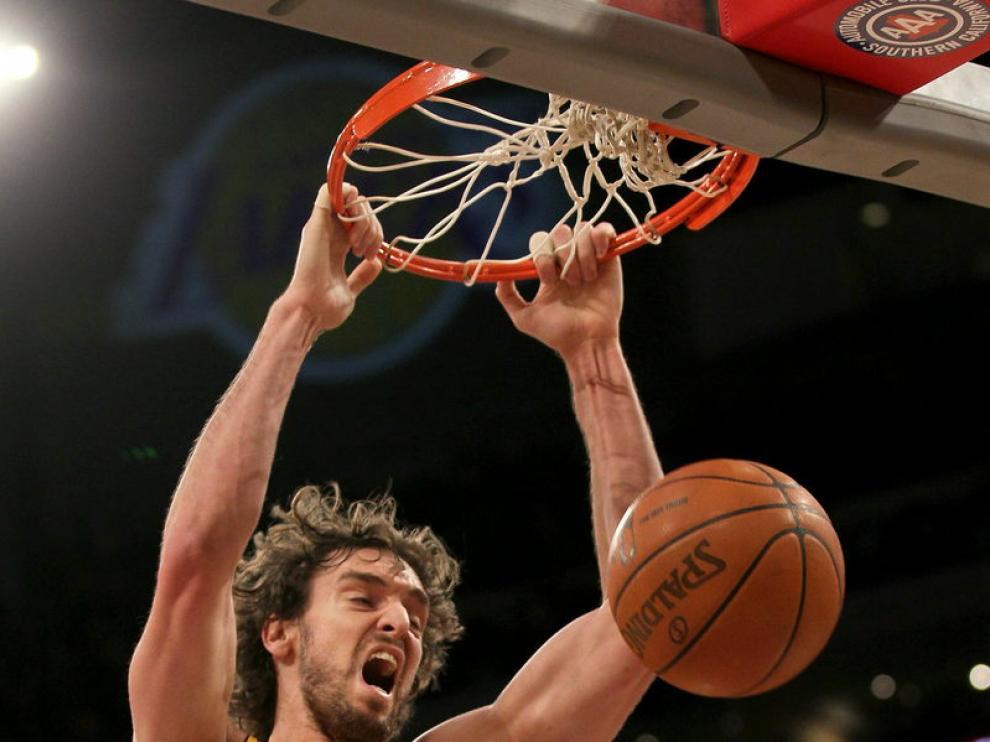 Gasol machaca durante la humillación de Lakers a Cavaliers