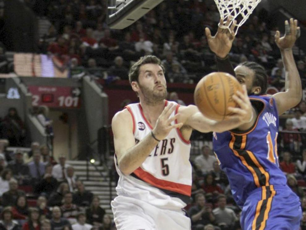Rudy Fernández, con su anterior equipo, los Portland Trail Blazzers entra a canasta ante la defensa de los Knicks