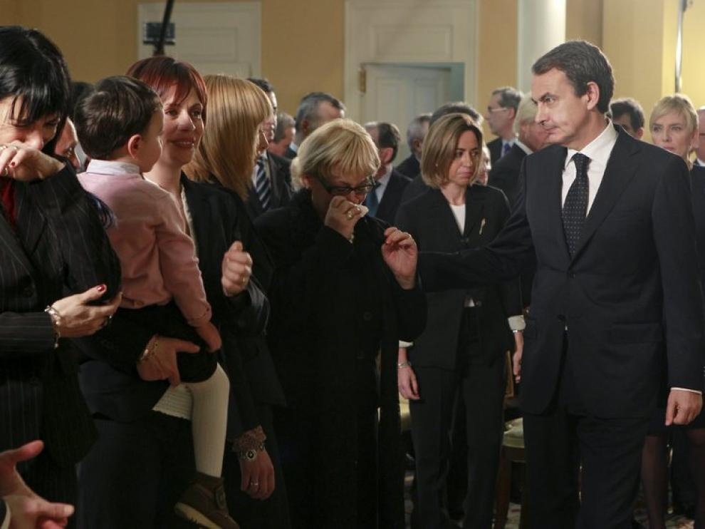 El presidente del Gobierno junto a familiares de algunos de los fallecidos