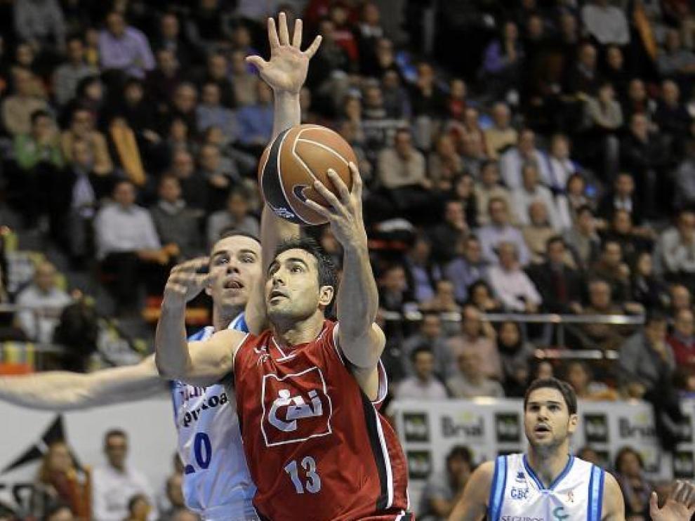 El jugador del CAI Zaragoza Paolo Quinteros se eleva ante Baron.
