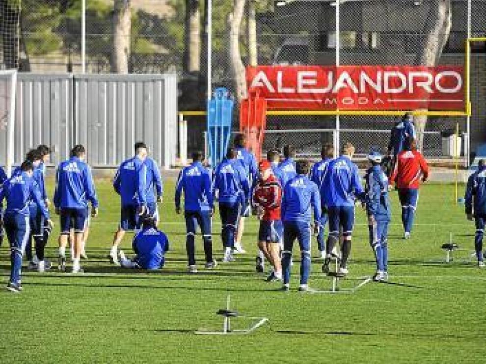Aguirre y la plantilla durante el entrenamiento matinal de ayer.