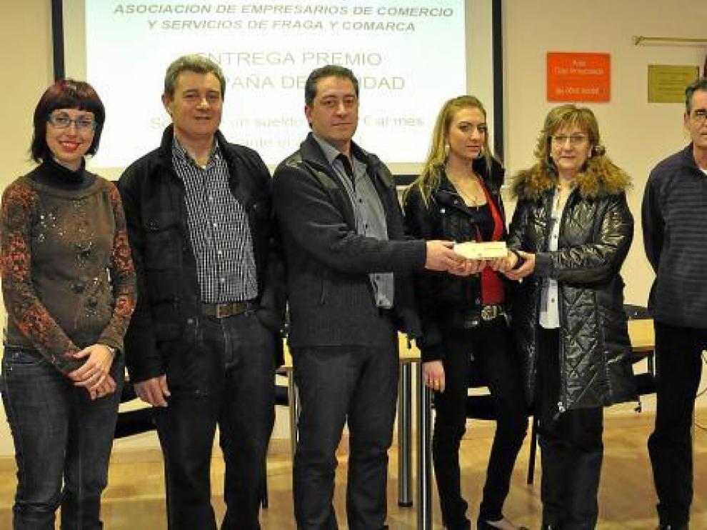 Manolita Labrador recibió ayer de manos del presidente de la asociación el primer talón del premio.