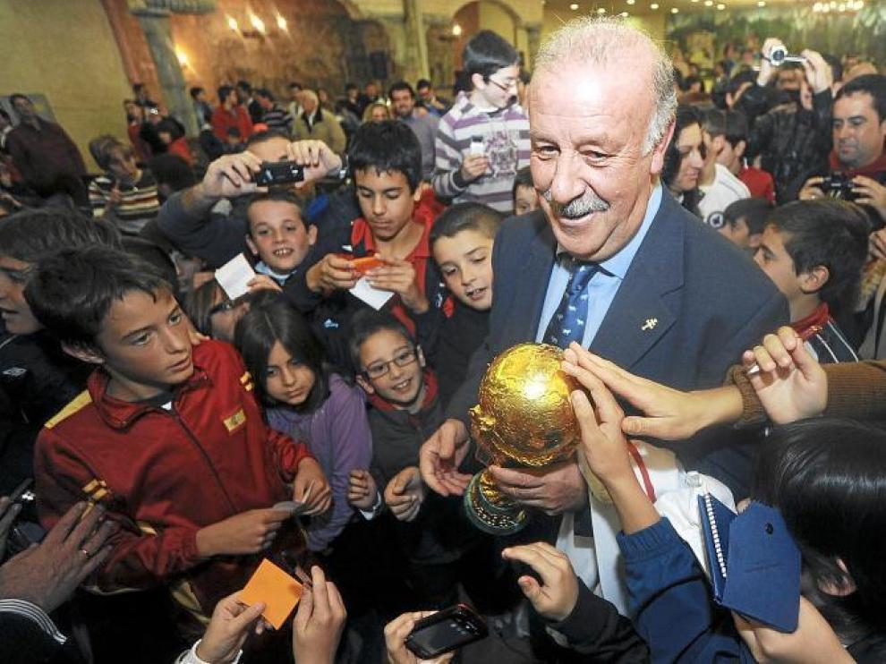 El seleccionador nacional, Vicente del Bosque, porta la Copa del Mundo durante un acto público de la Federación Española.