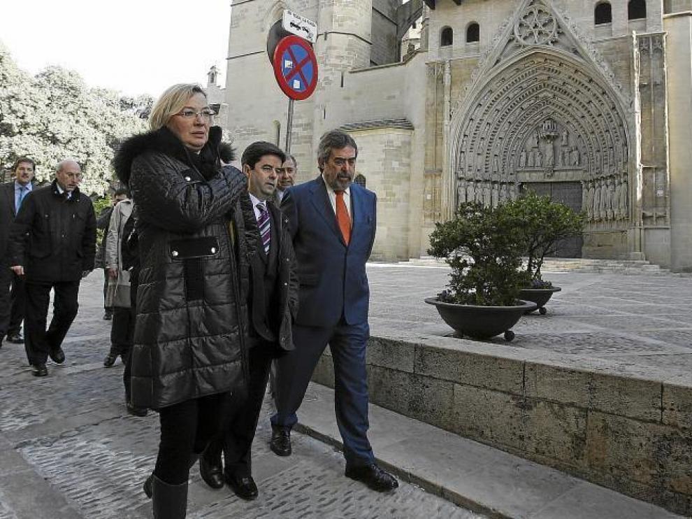 Eva Almunia, Luis Felipe y Juan Alberto Belloch paseando frente a la catedral de Huesca tras la reunión del consorcio.