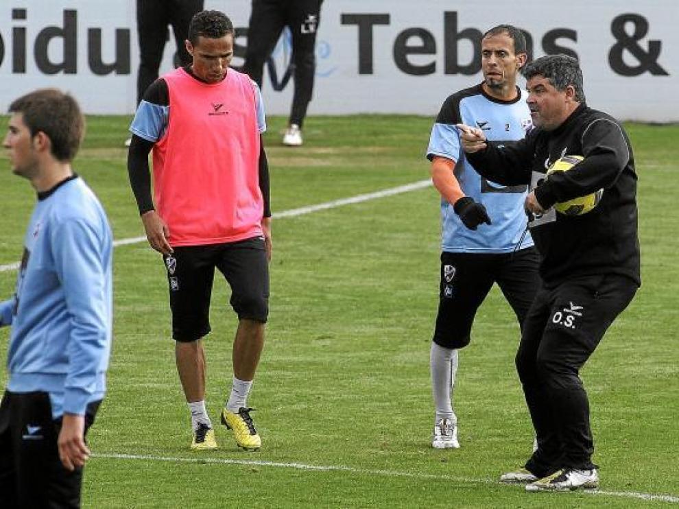 Onésimo Sánchez, a la derecha, realiza indicaciones a sus hombres, entre ellos Gilvan, con peto.