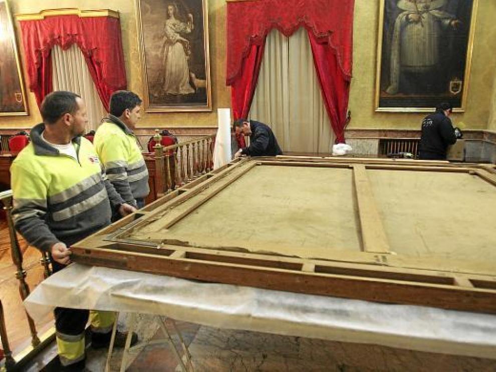 El embalaje del cuadro por parte de los operarios del Prado se realizó durante la mañana de ayer.