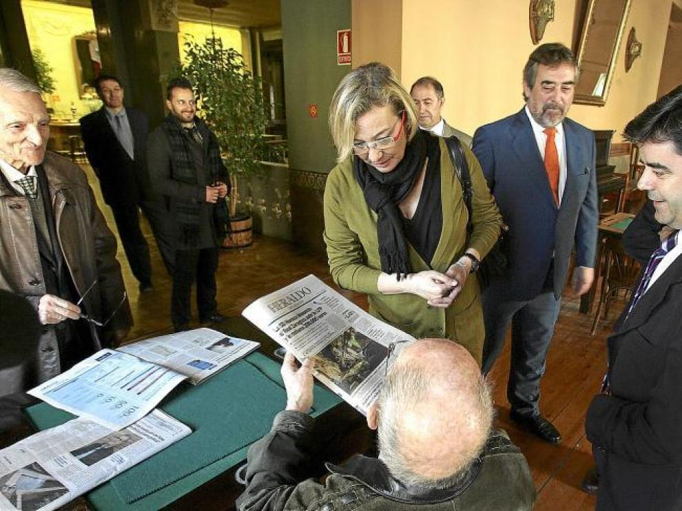 Uno de los socios que ayer leía la prensa en el Círculo Oscense enseñó a Almunia y a Belloch la portada de HERALDO DE ARAGÓN.