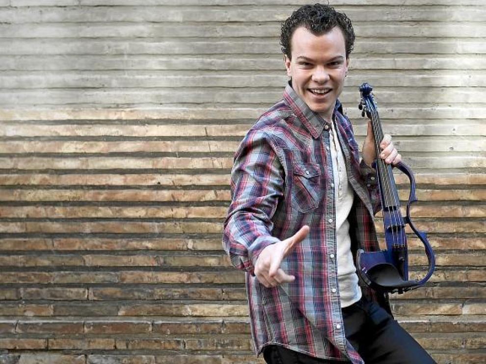 Víctor Cano, con el violín eléctrico con el que actúa en las discotecas. Para otras ocasiones, saca el clásico.