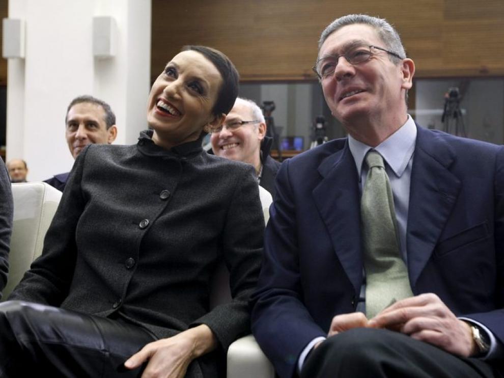 Luz Casal, con el alcalde de Madrid, en la presentación del concierto para el 4 de febrero