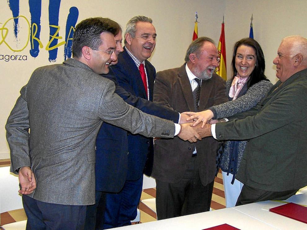 Los responsables de las instituciones y entidades implicadas en el convenio, tras la firma.