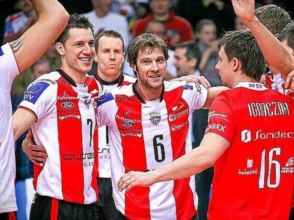 Los jugadores del Asseco Resovia Rzeszow celebran el pase a cuartos de final.