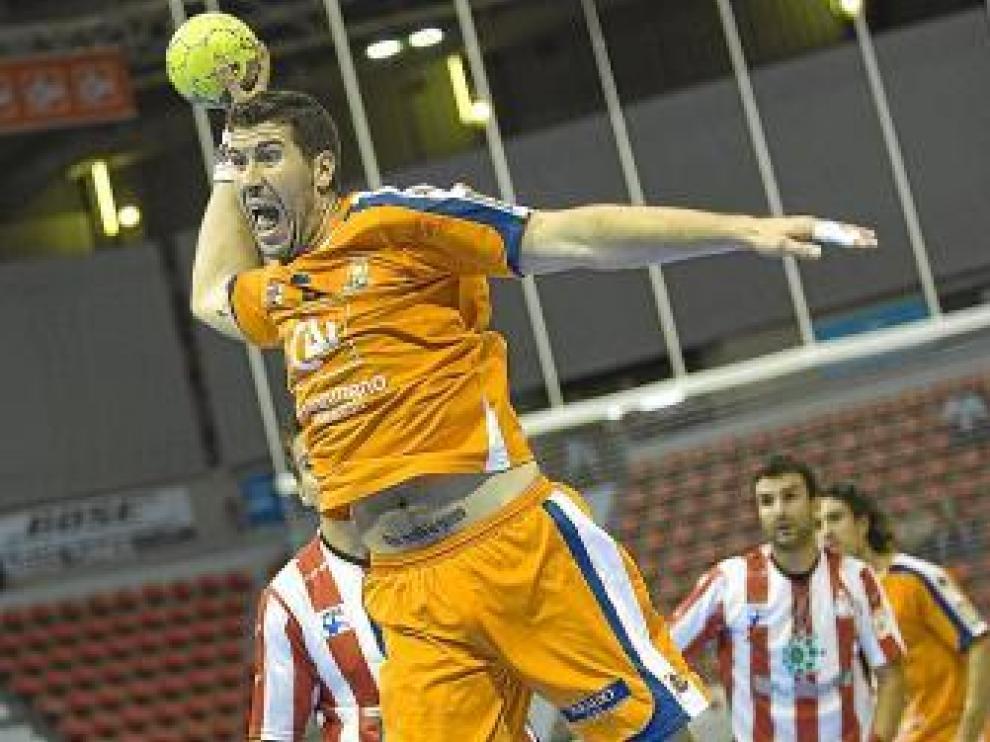 Alberto Val intenta un lanzamiento.