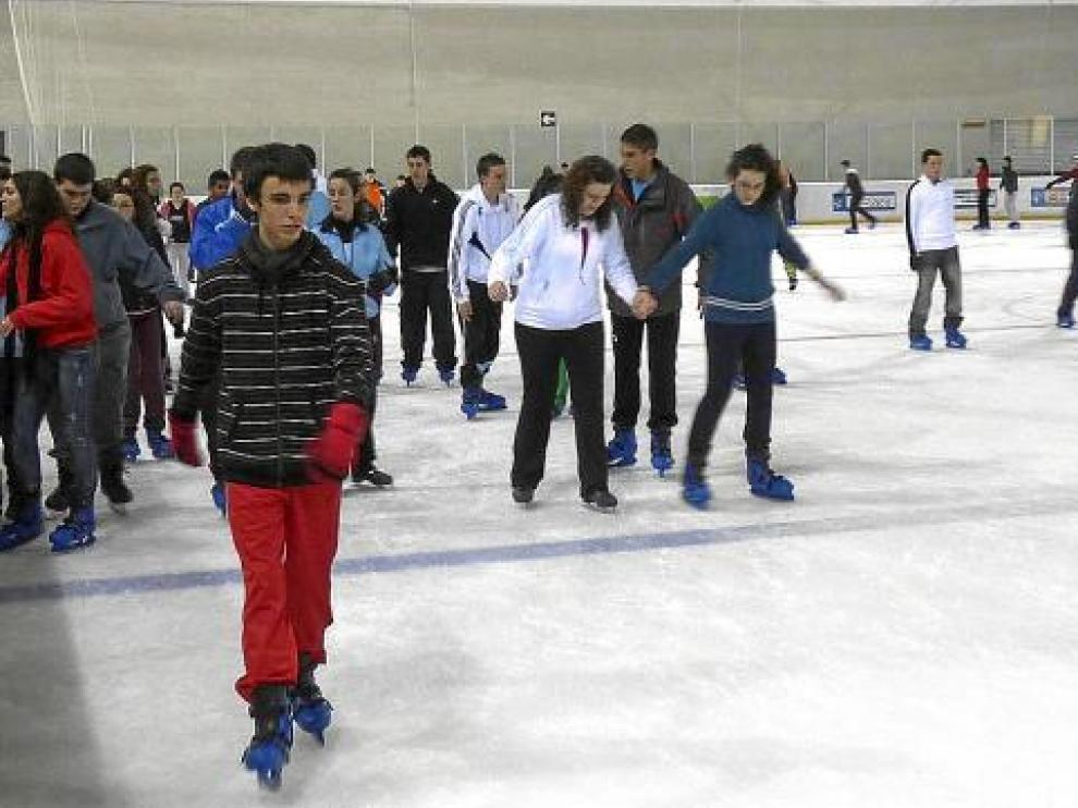 Usuarios en la pista de hielo de Jaca en una jornada lúdica.
