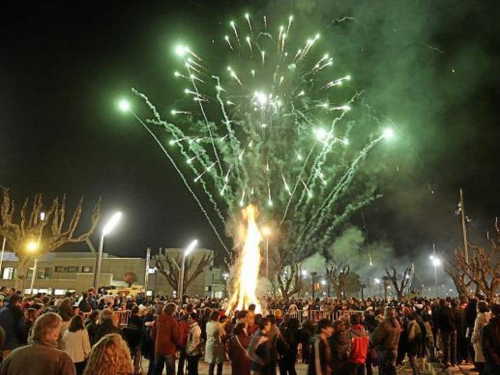 La hoguera de San Vicente, en la plaza de Mosén Demetrio Segura, es el acto más concurrido.