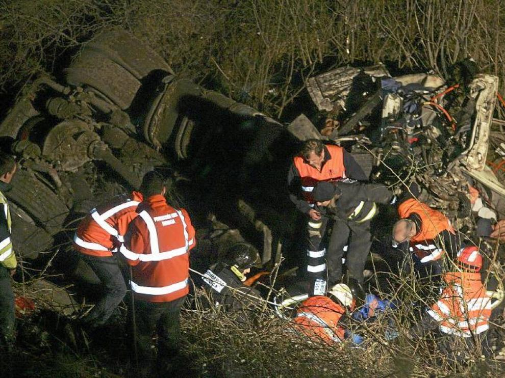Las emergencias tuvieron que trabajar casi tres horas para poder rescatar al camionero, que quedó atrapado en la cabina.