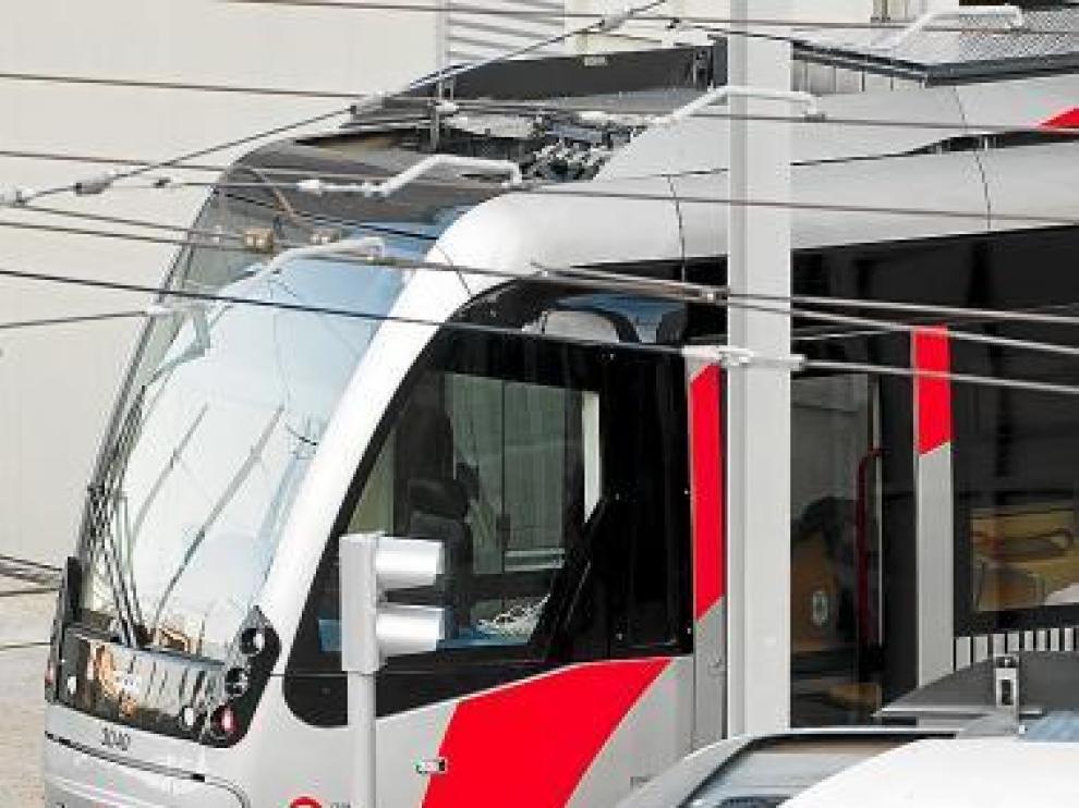 Dos tranvías en pruebas, ayer, en las cocheras de Valdespartera.