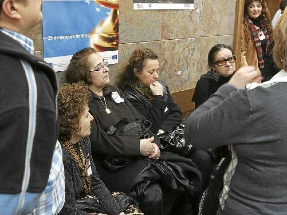 Familiares de Benito Ríos, uno de los jóvenes fallecidos, en la Audiencia de Huesca.