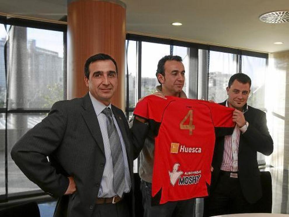 El vicepresidente del BM Huesca con la nueva camiseta que lleva impresa la publicidad de Moshy.