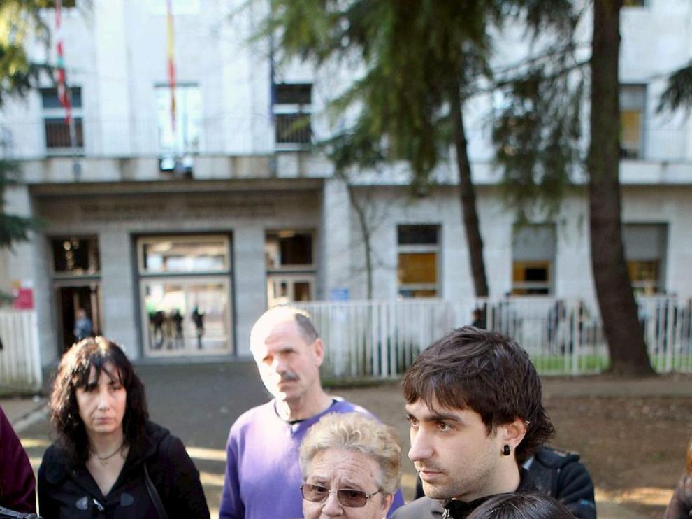 Familiares de la detenida