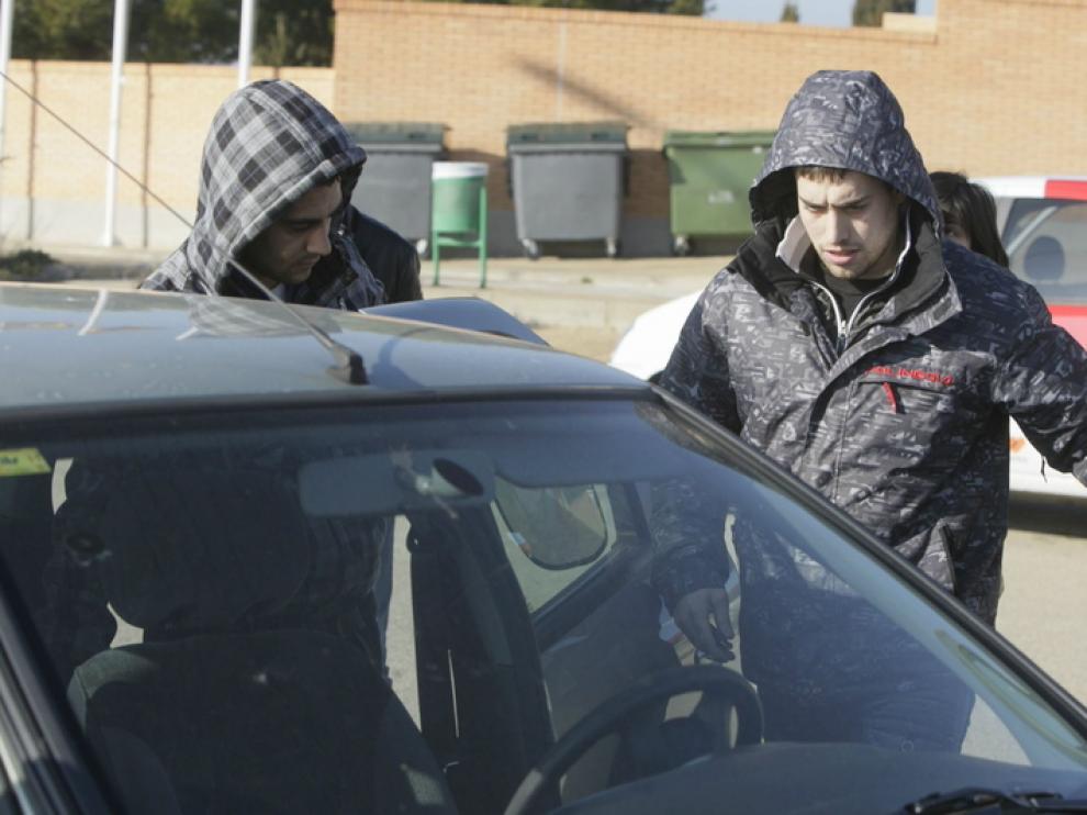 El acusado por el atropello en la Manhattan, a la izquierda, sale de la cárcel acompañado de un familiar