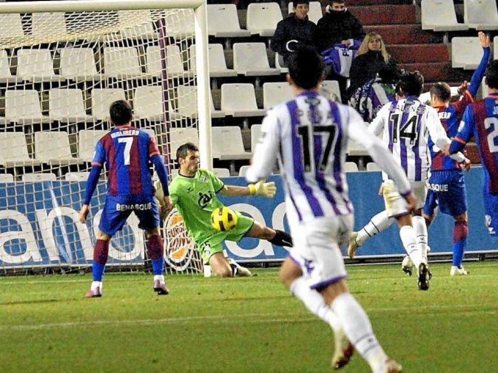 Andrés trata de rechazar un disparo de un jugador del Valladolid.