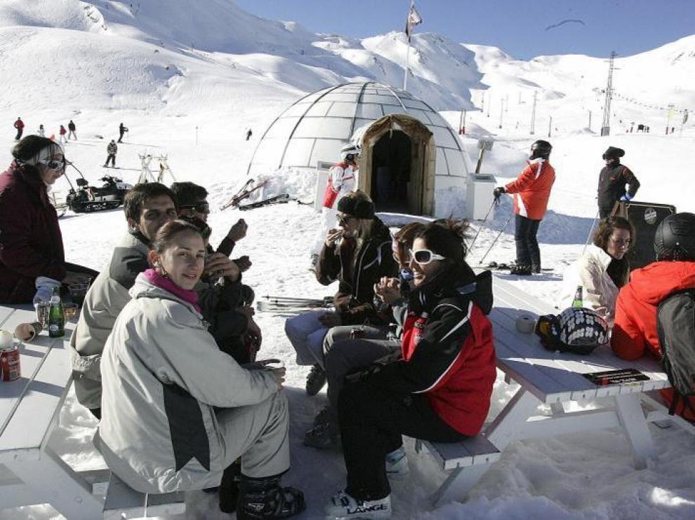 Un grupo de esquiadores disfruta del vermú en la soleada terraza del iglú, que abre sus puertas en la zona de Izas.