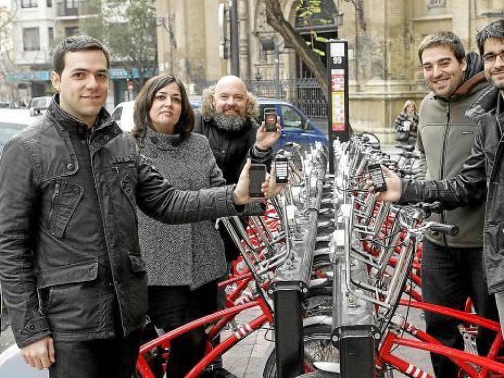 Los creadores de la aplicación 'Dónde en Zaragoza', en la estación de 'bizis' de Santa Engracia.