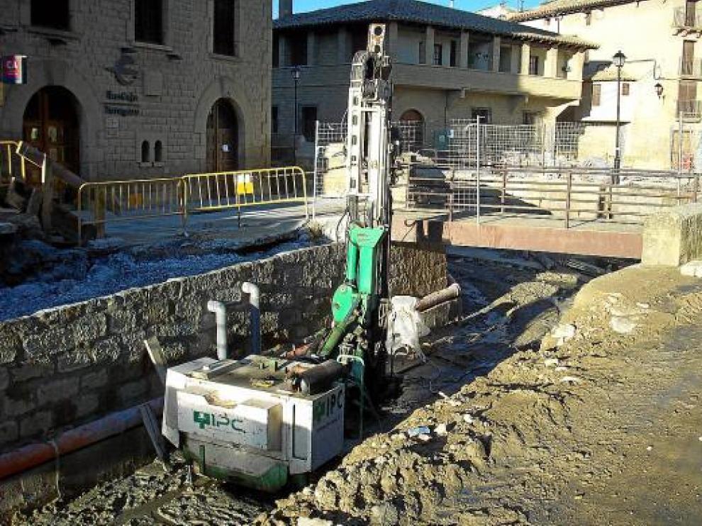 Las obras y las máquinas son visibles por donde pasa el río Riguel en Uncastillo.