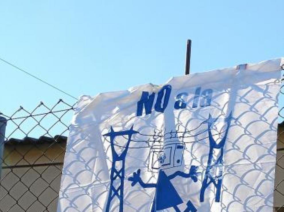 Cartel contra la línea colocado ayer en Puente de Montaña.