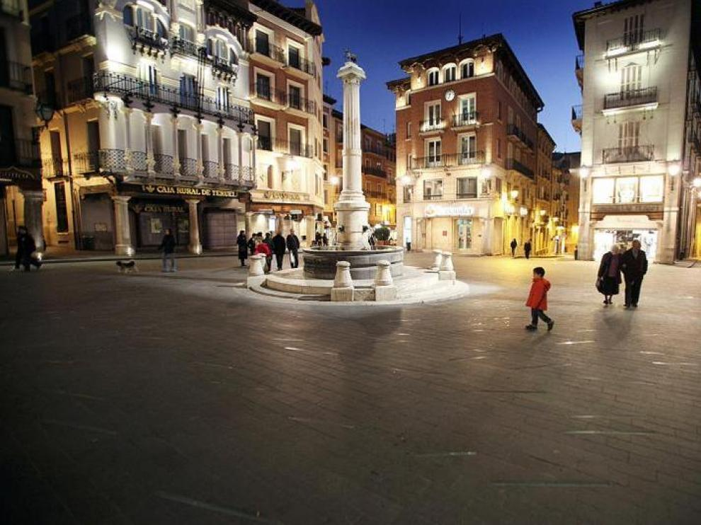 Las luces incrustadas en la plaza del Torico con la reforma inaugurada en 2007 estaban ayer apagadas.