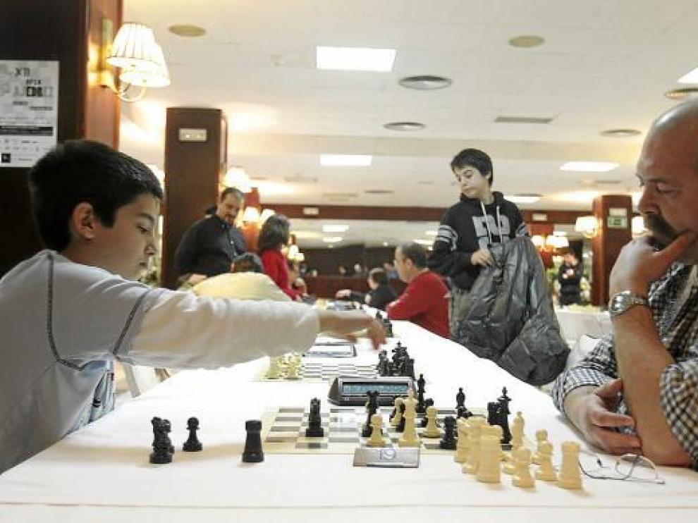 En primer plano, una de las partidas celebradas en el Hotel Pedro I del 'open' de ajedrez del CAH.
