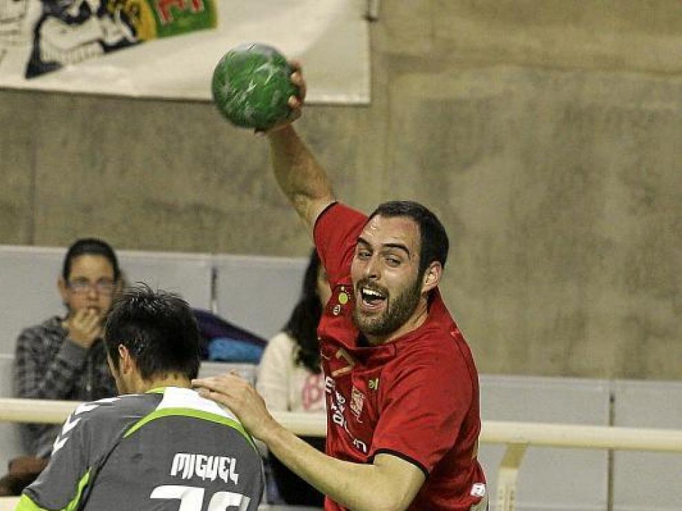 Emilio Esteban salva la oposición del extremo Miguel Martínez y se dispone a pasar el balón.
