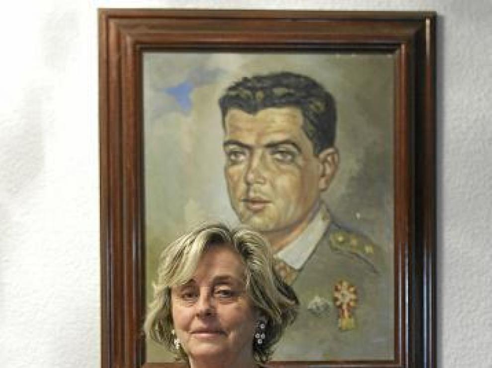Maribel Franco, ante el retrato de su marido.