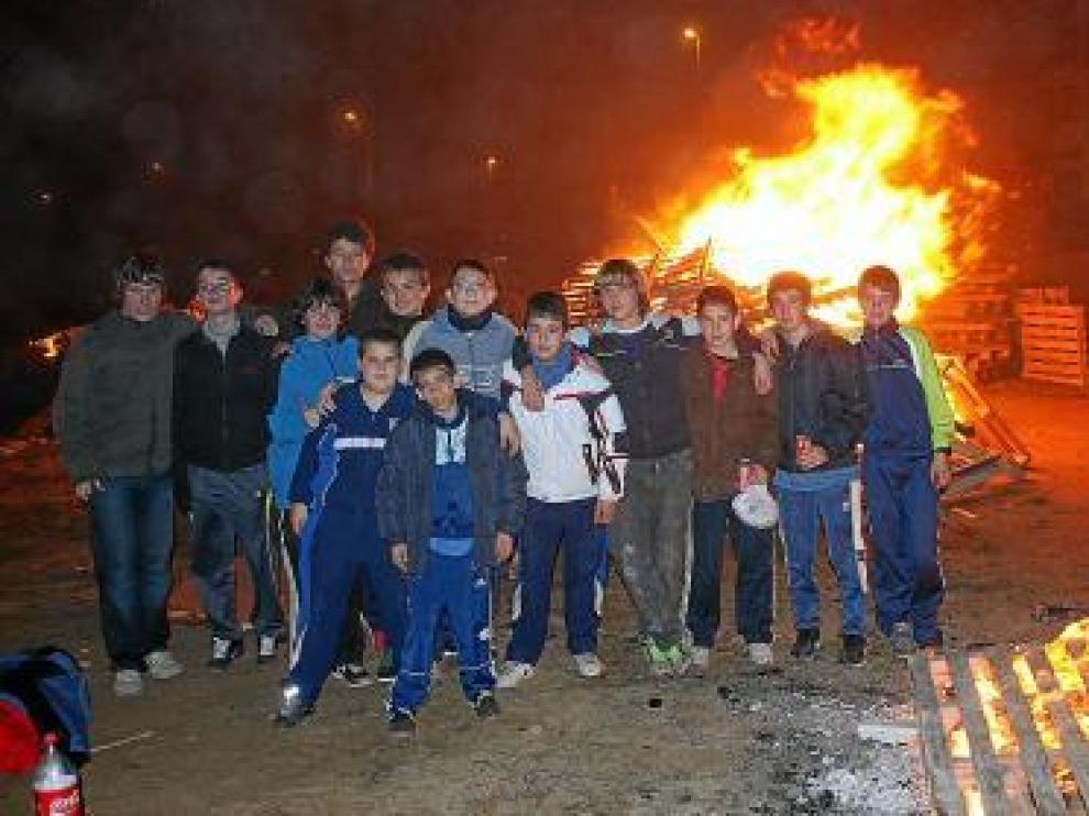 Alagón. Los vecinos, entre ellos muchos niños, se reunieron en la zona de Las Balsas.