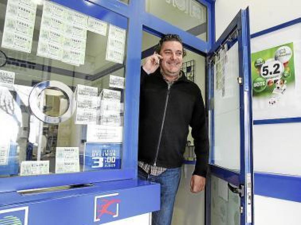 El lotero Francisco Navarro, alegre por el premio de 3 millones.