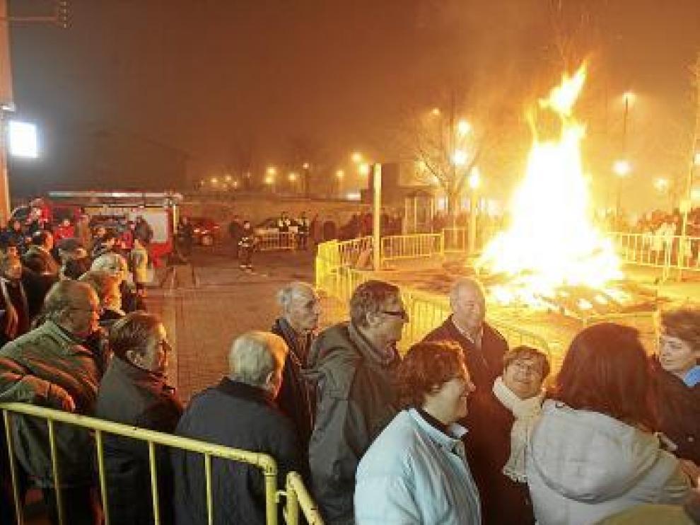 Cientos de oscenses acudieron a la hoguera de San Antón.