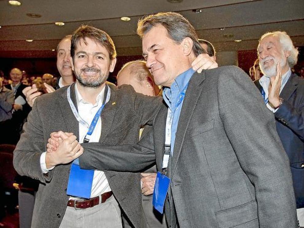 Artur Mas saluda a Oriol Pujol (izquierda), nuevo número dos de CDC, ayer en Barcelona.