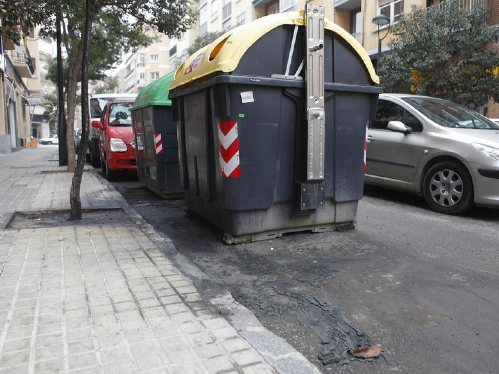 Contenedores quemados en la calle Sancho Arroyo, de Las Fuentes