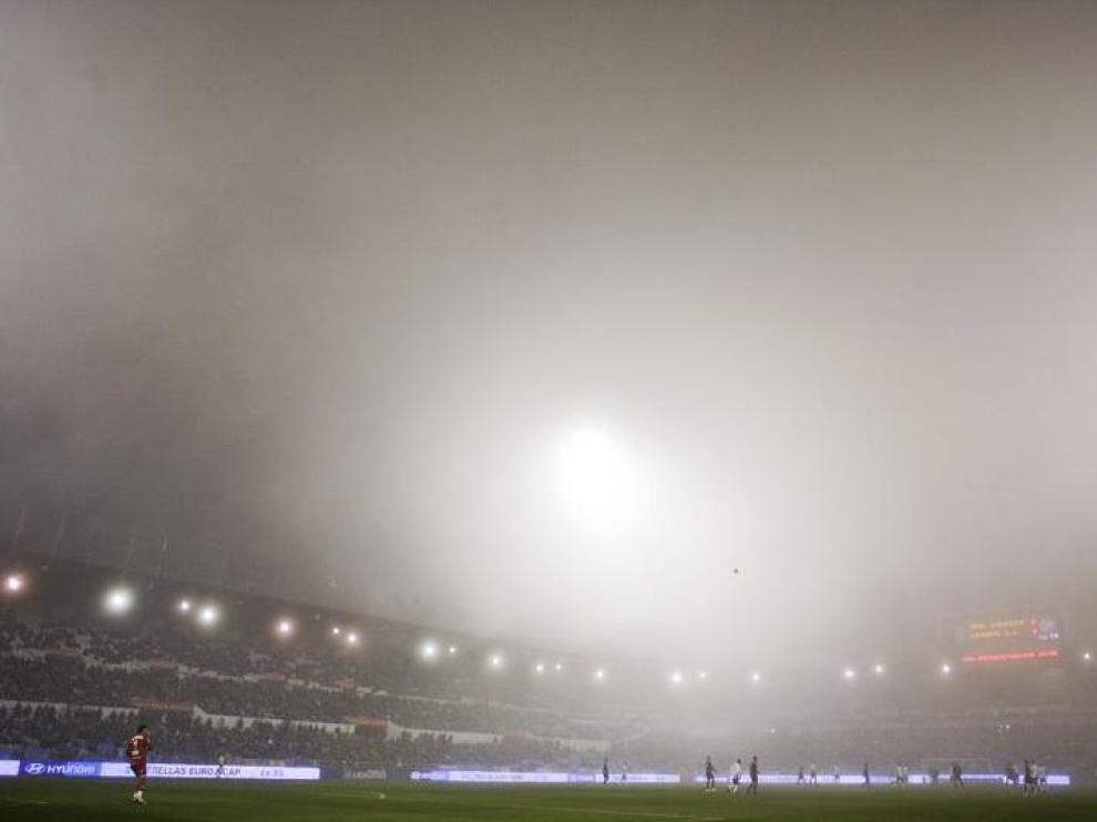 Imagen de La Romareda, envuelta en la niebla de principio a fin del partido.