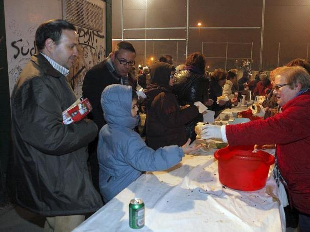 Unas 900 personas disfrutaron de un bocadillo de chorizo, longaniza o morcilla en Casablanca.
